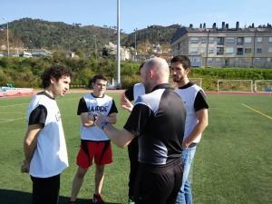 O árbitro dando indicacións aos umpires (árbitros auxiliares de portería)